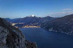Heure bleue sur le policier de lac, Trentino Alto Adige Image libre de droits