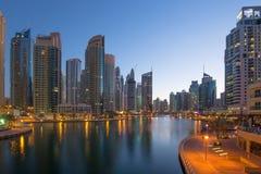 Heure crépusculaire de bleu de nuit de gratte-ciel de gratte-ciel de marina de Dubaï Photographie stock