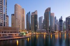 Heure crépusculaire de bleu de nuit de gratte-ciel de gratte-ciel de marina de Dubaï Photo libre de droits