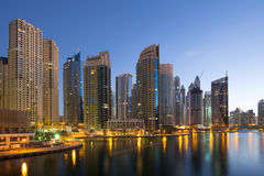 Heure crépusculaire de bleu de nuit de gratte-ciel de gratte-ciel de marina de Dubaï Images libres de droits