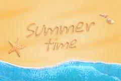 Heure d'été écrite sur le sable de plage Étoiles de mer et coquilles à coté Photographie stock