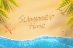 Heure d'été écrite sur le sable de plage Vacances à la nuance des palmiers tandis que les vagues crachent le sable Image stock