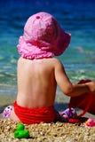 Heure d'été - la pièce d'enfant sur les cailloux échouent Photos stock
