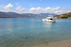 Heure d'été un bel yacht ancrant en île Grèce de Poros de baie d'amour Photo libre de droits