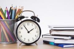 Heure d'apprendre, synchroniser, crayons et livres d'école Photos libres de droits