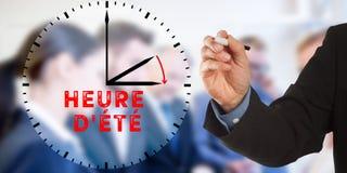Heure d ` ete, Francuski światła dziennego oszczędzania czas, Biznesowego mężczyzna ręki pisanie Zdjęcie Stock