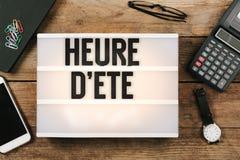 ` Heure d ete, französische Sommerzeit im Weinleseartlicht Lizenzfreie Stockfotografie