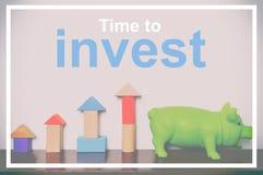 Heure d'investir sur votre élevage de tirelire et de jouet d'économie Photos libres de droits