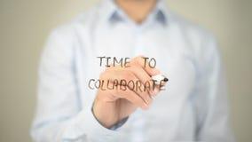 Heure de collaborer, équiper l'écriture sur l'écran transparent photo libre de droits
