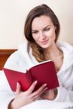 Heure de détendre avec le livre Photo stock