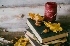 Heure de lire des livres livres noirs de fond d'isolement au-dessus de la table Fond en bois Vinta image libre de droits