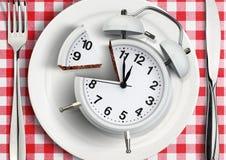 Heure de manger le concept, horloge coupée de plat Vue supérieure photo libre de droits