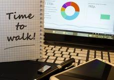 Heure de marcher en bloc-notes sur le lieu de travail de bureau Photo libre de droits