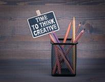 Heure de penser créatif Une petite craie de tableau noir et un crayon coloré sur le fond en bois Photos libres de droits