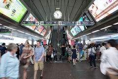 Heure de pointe au train public Siam Station de BTS à Bangkok Images libres de droits