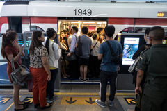 Heure de pointe au train public Siam Station de BTS à Bangkok Photographie stock libre de droits