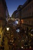 Heure de pointe d'achats - vieille rue supérieure de ville, Lisbonne Photographie stock libre de droits