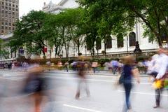 Heure de pointe sur l'Cinquième Avenue, New York Image stock