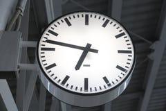 Heure de pointe sur le train de ciel de BTS dans la ville au quart au delà à 7 heures Image stock
