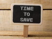 Heure de sauvegarder Concept d'affaires le texte écrivent sur le tableau au fond en bois Photo libre de droits