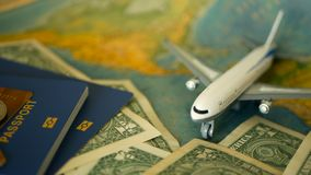 Heure de voyager concept Thème tropical de vacances avec la carte du monde, le passeport bleu et l'avion Se préparant aux vacance banque de vidéos