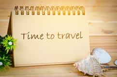 Heure de voyager note avec la lumière de jour Images stock