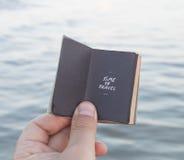 Heure de voyager texte - vacances ou idée de voyage, inscription et mer Photos stock
