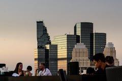 Heure dinante crépusculaire à la terrasse d'un gratte-ciel découvert à Bangkok, la Thaïlande photographie stock libre de droits