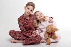 Heure du coucher pour des enfants de mêmes parents Photos libres de droits