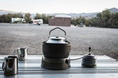 Heure du thé après une nuit dans la tente photos stock