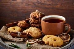 Heure du thé de Noël avec la farine d'avoine, les biscuits de chocolat, et les épices, sur le fond en bois, plan rapproché, foyer Image libre de droits