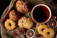 Heure du thé de Noël avec la farine d'avoine, les biscuits de chocolat, et les épices, sur le fond en bois, plan rapproché, foyer Photographie stock libre de droits