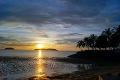 Heure magique de plage tropicale à la station de vacances et à la station thermale du ` s Tanjung Aru de La de Shangri Image stock