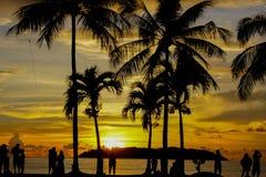 Heure magique de plage tropicale à la station de vacances et à la station thermale du ` s Tanjung Aru de La de Shangri Images stock