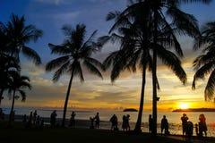 Heure magique de plage tropicale à la station de vacances et à la station thermale du ` s Tanjung Aru de La de Shangri Photo libre de droits