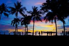 Heure magique de plage tropicale à la station de vacances et à la station thermale du ` s Tanjung Aru de La de Shangri Photographie stock libre de droits