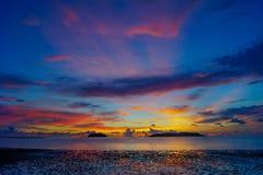 Heure magique de plage tropicale à la station de vacances et à la station thermale du ` s Tanjung Aru de La de Shangri Photographie stock