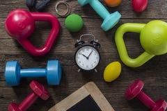 Heure pour exercer l'horloge et l'équipement de forme physique photographie stock libre de droits