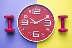 Heure pour exercer l'horloge et l'haltère photographie stock libre de droits