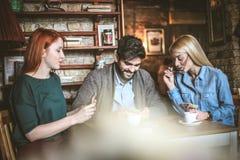 Heure pour la carte Amis au café Photos libres de droits