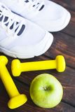 Heure pour le régime amincissant le concept de perte de poids Forme physique de sport, pomme, espadrilles, bouteille de l'eau et  photographie stock libre de droits