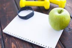 Heure pour le régime amincissant le concept de perte de poids Forme physique de sport, pomme, espadrilles, bouteille de l'eau et  photographie stock