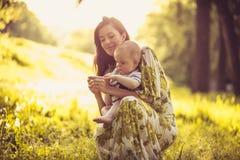 Heure pour mon fils et moi de bébé Mère de Moyen Âge Photographie stock libre de droits
