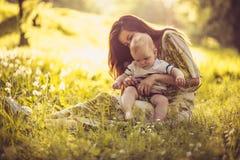 Heure pour mon fils et moi de bébé Mère de Moyen Âge Images libres de droits