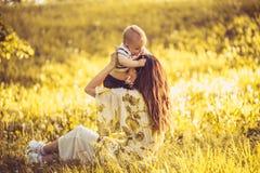 Heure pour mon fils et moi de bébé Mère de Moyen Âge Photos libres de droits