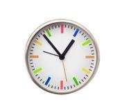Heure sur les horloges murales blanches Photo stock