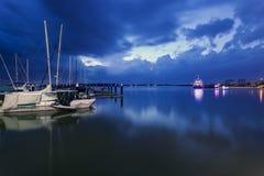 Heures bleues à la marina, baie de Danga, Malaisie Photos stock