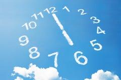 6 heures dans le style de nuage sur le ciel bleu Image libre de droits