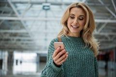 Heureuse femme à l'aide du téléphone portable Photos stock