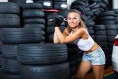 Heureuse femme de technicien travaillant dans l'atelier de voiture Photos libres de droits